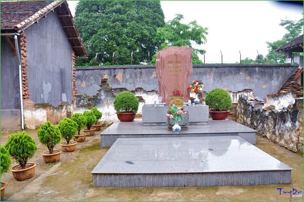 Bia tưởng niệm liệt sĩ trong khuôn vên nhà tù Sơn La