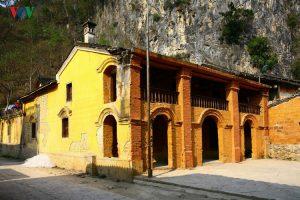 Một quán cà phê trong phố cổ với nét dịu dàng, mê hoặc