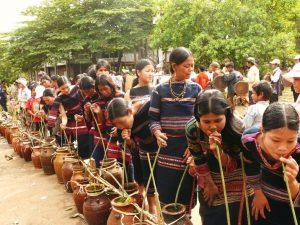 Rượu cần được người dân thay nhau uống thể hiện tình đoàn kết, thường được làm từ gạo