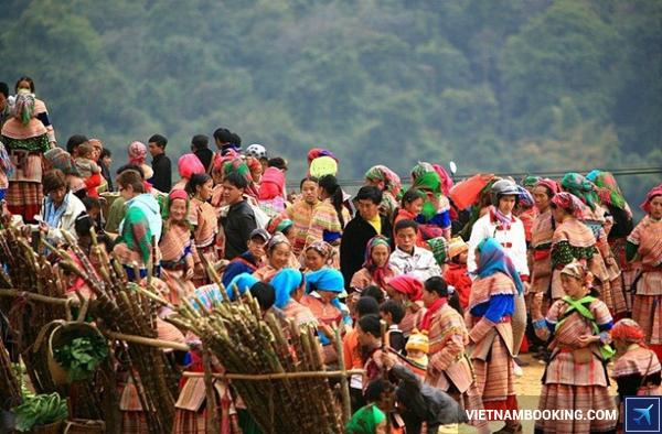 Từ 8 giờ sáng, chợ phiên Sìn Hồ đã đông đúc, nhọn nhịp