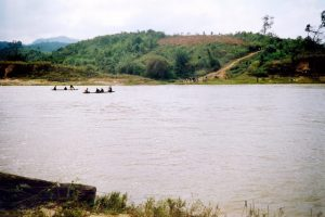 Sông Đắk Bra hiền hòa chảy qua thành phố Kon Tum, thấp thoáng những chiếc thuyền độc mộc