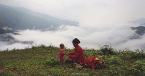 Mẹ và bé trên đỉnh Tà Xùa ngắm mây