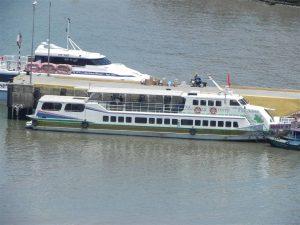 Ngoài ô tô du khách có thể đi tàu biển, tàu cánh ngầm về Trà Cổ