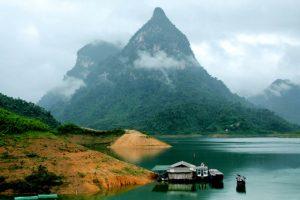 Cảnh vật hữu tình trên hồ Thác Bà