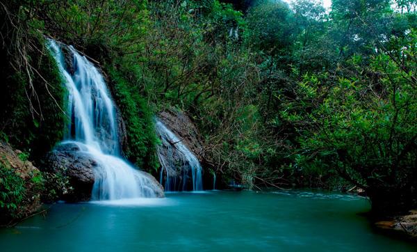 Giữa đại ngàn xanh mướt là dòng thác trắng như dải lụa