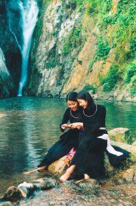 Thiếu nữ bên dòng suối Khuôn Tát
