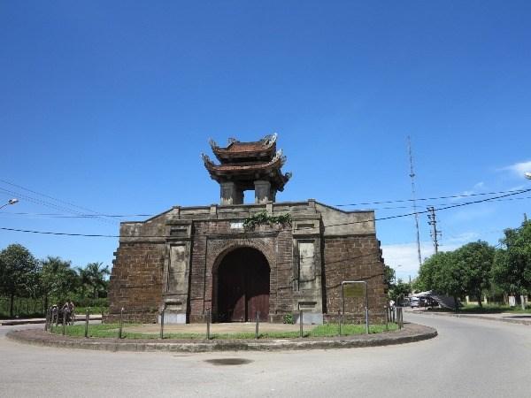 Thành được xây bằng đá ong, hiện nay chỉ còn lại một số cổng thành