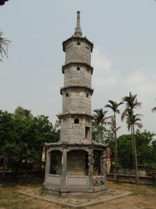 Tháp Báo thiên cao vút giữa khung cảnh chùa