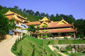 Nơi đây vừa có khung cảnh thiên nhiên đẹp tuyệt vời, vừa là không gian tĩnh lặng của chốn Phật Pháp