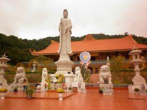 Tượng bồ tát trước thiền viện Trúc Lâm