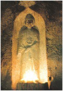 Tượng A Di Đà cao 202 cm, rộng 65 cm, mặc áo cà sa buông trùm xuống tận gót chân, hai tay ngài chỉ xuống đất trong thế ấn cam lộ .