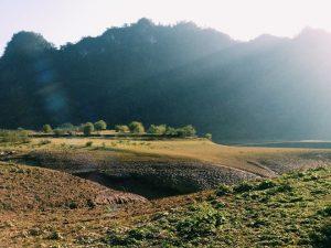 Tuyệt tình cốc là một thung lũng rộng lớn thuộc huyện Trà Lĩnh- tỉnh Cao bằng.Dường như khung cảnh cuốn hút du khách ngay từ ánh nhìn đầu tiên.Những tia nắng rọi xuống thung lũng nên thơ và đầy xúc cảm