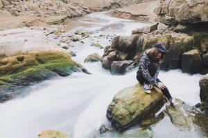 Dòng thác Nặm Pá chảy qua những tảng đá, những dòng nước chảy ào ạt làm nổi bật cảnh đẹp thâm sâu núi rừng