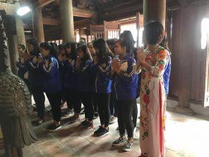 Học sinh dâng hương ở văn miếu Bắc Ninh