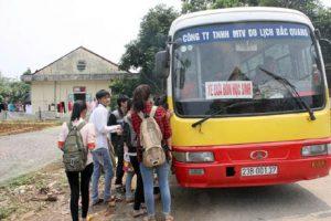 Xe buýt đưa đón học sinh và khách du lịch