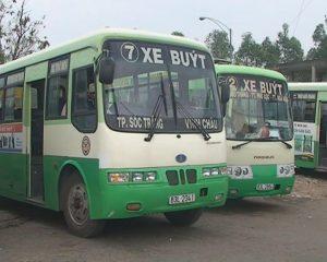 Xe buýt được nhiều du khách sử dụng khi du lịch Sóc Trăng