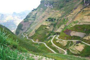 Con đường vè huyện Xín Mần quanh co nhiều khúc cua