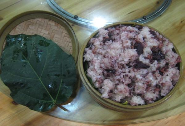 Xôi trám nấu đơn giản như các loại xôi khác, nhưng ăn có vị bùi và béo